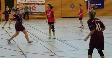 Handballerinnen feiern souveränen Sieg thumbnail